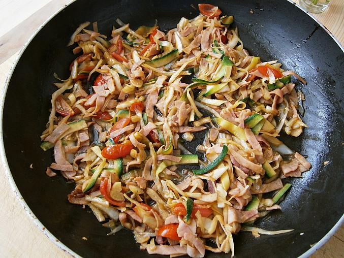 Zeleninové špagety se šunkou a zeleninou, Zakápneme worsesterem a 7 minut restujeme