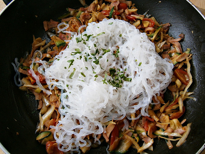 Zeleninové špagety se šunkou a zeleninou, Přidáme okapané špagety,bylinky,promícháme a prohřejeme