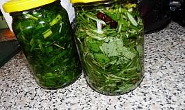 2 Bylinkové oleje: pažitka a rozmarýn se šalvějí