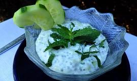 Chia semínka v jogurtu s okurkou a mátou
