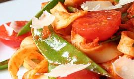 Domácí tagliatelle s cukrovým hráškem a rajčaty