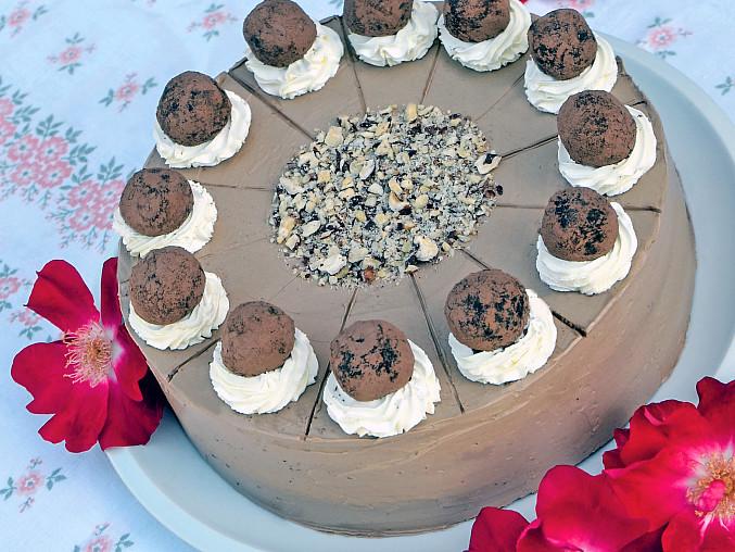 Historické dorty: Lanýžový pro Shirley Temple, V povrchu krémem hladce potřeného dortíku se vyplatí vyznačit dlouhým nožem ještě před finálním zdobením jednotlivé řezy