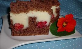 Kakaový koláč s pudinkem a malinami
