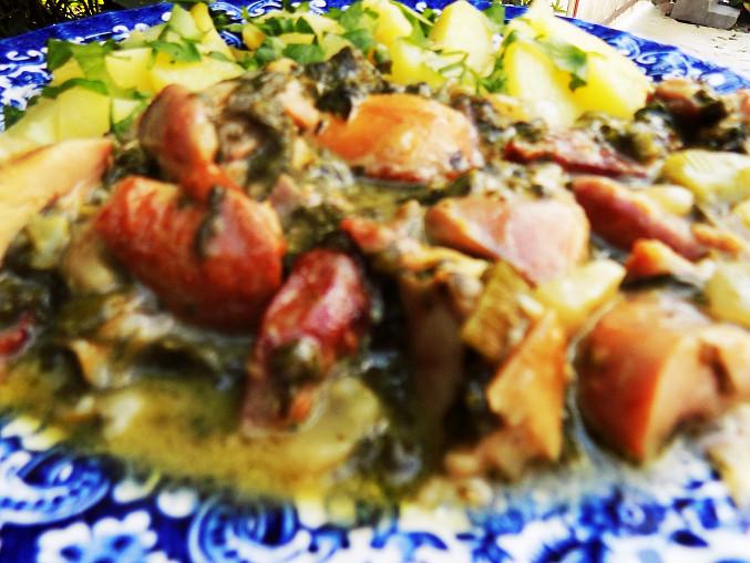 Kousky z uzeného kuřete dušené s čerstvým špenátem, Uzené kuřecí maso ve špenátu