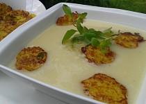 Krémová květáková polévka s bramboráčky