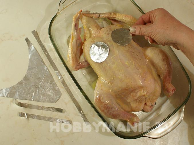 Kuře bez plavek, Na prsa položte oba kruhové dílky a každý k povrchu opatrně přitiskněte. Díky vrstvě tuku k němu snadno přilnou