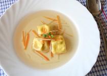 Kuřecí vývar s domácími tortellinkami a kořenovou zeleninou