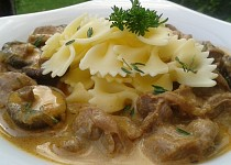 Kuřecí žaludky s houbami na česneku