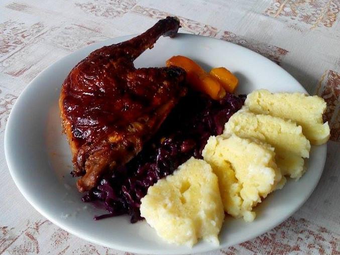 Pečená kachní stehna na medu, s červeným zelím a bramborovým knedlíkem