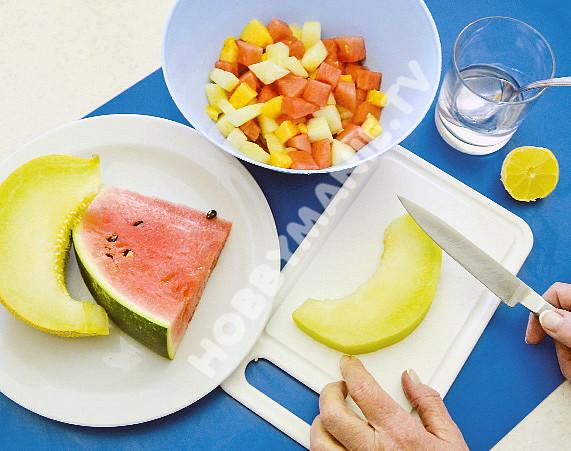 Pestrobarevný melounový dort, 4. Dužninu různých druhů melounu zbavenou slupek i jadérek nakrájejte na kostky, jež zakapete citrónovou šťávou a vodkou