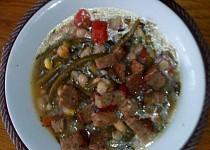 Pikantní minestrone s česnekovými krutony