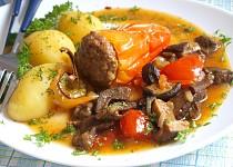 Plněná paprika na hříbkách a rajčatech