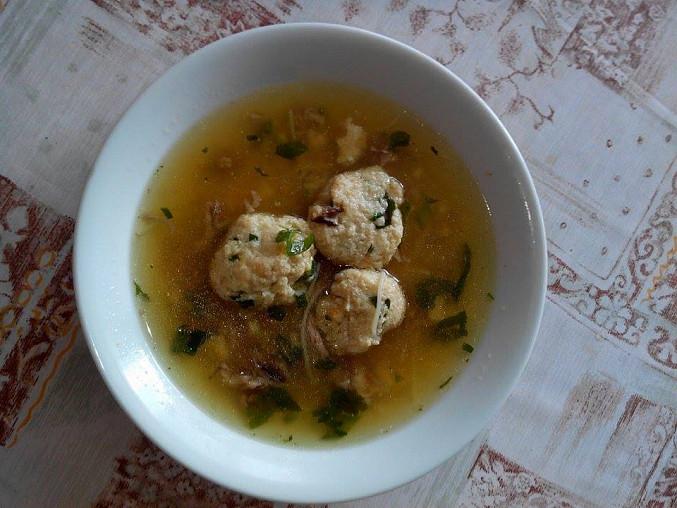 Polévka z vepřové krkovičky se strouhankovými bylinkovými knedlíčky