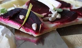 Ricottový koláč s červenou řepou a jarními cibulkami
