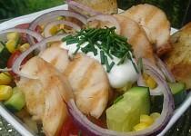 Salát z grilovaného masa a zeleniny