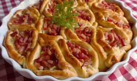 Slaný koláč se zelím a anglickou slaninou