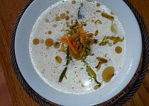 Smetanová cuketová polévka s křupavými zeleninovými nudličkami