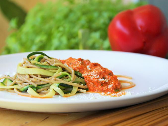 Špagety s grilovaným česnekem, cuketou a pestem z grilovaných paprik