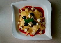 Těstoviny, rajčatová passata, kozí sýr a olivy