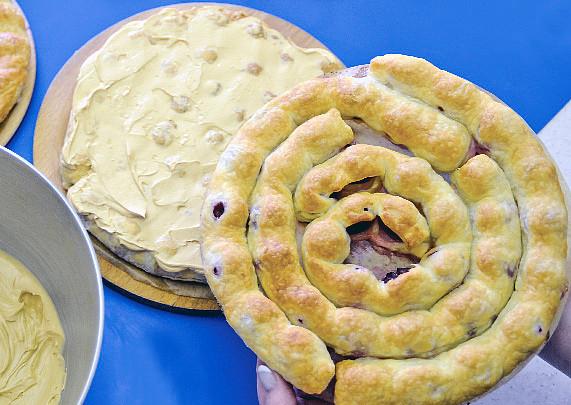 Točený třešňový dort, Krémovou vrstvu přiklopte druhou pečenou spirálou a postup plnění opakujte. Takto složte všechny 3 na sebe do podoby korpusu