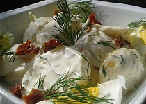Bramborový salát s koprem a sušenými rajčaty