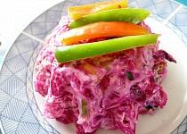 Červený salát s uzeným kaprem a zeleninovými  špagetami