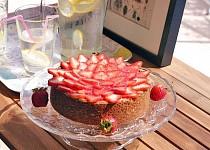 Cheesecake se sušenkovou krustou a čerstvým ovocem