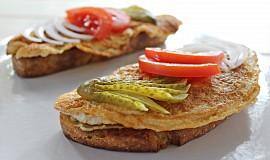 Chléb s omeletou (vaječný řízek)