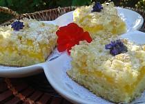 Cuketový koláč s broskvemi a drobenkou