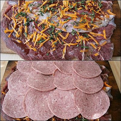 Naklepané maso okořeníme,potřeme marmeládou,posypeme mrkví s libečkem a poklademe uzeninou