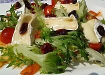 Jednoduchý listový  salát s Hermelínem a brusinkami