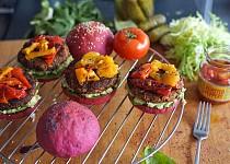 Letní burgery s avokádem a grilovanými paprikami