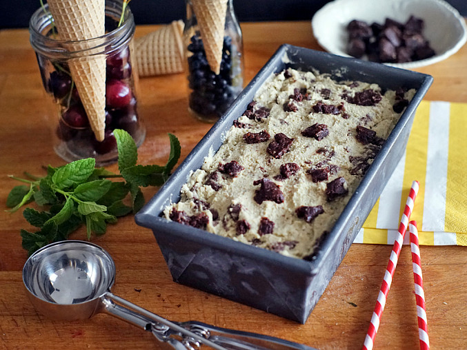 Mátová zmrzlina s kousky raw čoko-brownies
