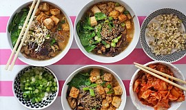 Miso polévka se soba nudlemi a pečeným tofu