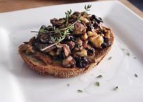 Opečený toast s houbami, ořechy a tymiánem