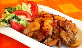 Opékané jehněčí maso s bramborami