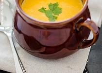 Polévka s batáty, mrkví a čedarem