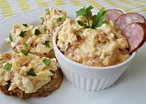 Pomazánka se sýrem, uzeninou a česnekem