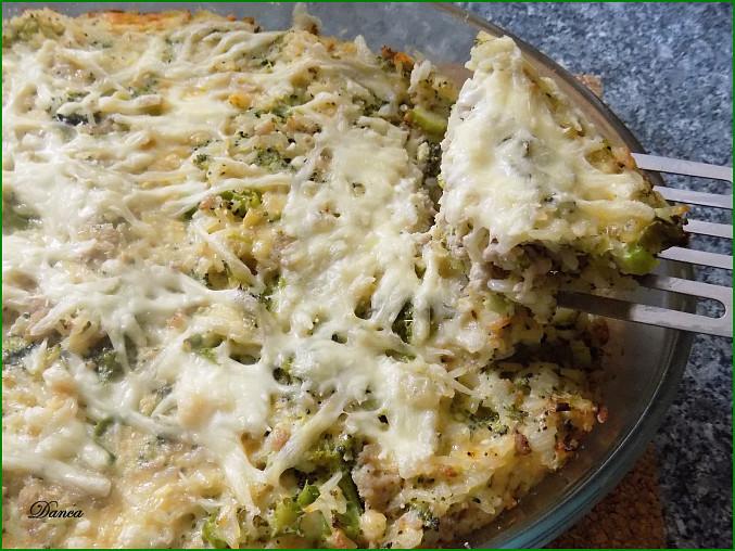 Rýžový pekáček s mletým masem a brokolicí