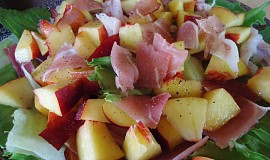 Salát s nektarinkou a pršutem