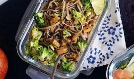 Soba nudle s brokolicí, ořechy a tempehem