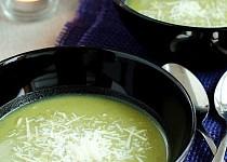 Špenátová polévka se sýrem a bramborem