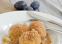 Švestkové knedlíky z bramborového těsta s posypkou