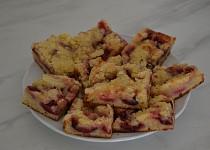 Švestkový koláč z droždí v prášku s drobenkou