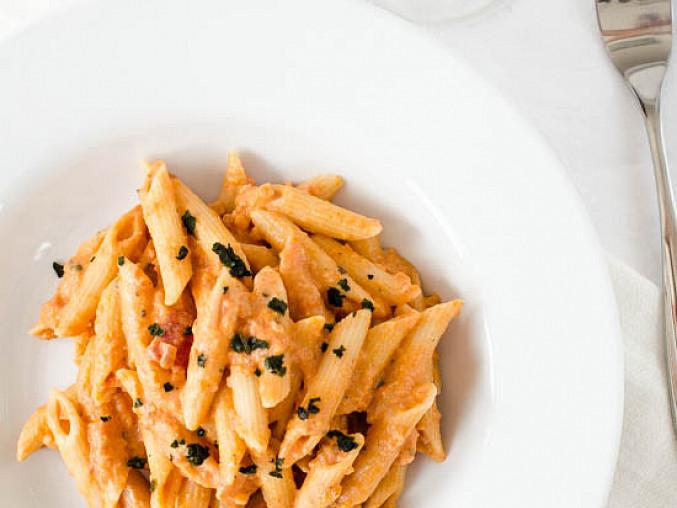 Těstoviny s rajčatovo-smetanovou omáčkou