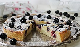 Tvarohový koláč s ostružinami