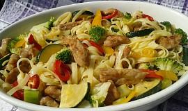 Vepřové nudličky s nudlemi a zeleninou