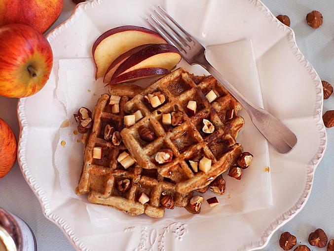 Waffle s jablky a lískovými ořechy