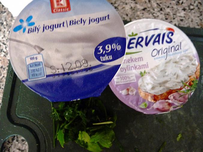 Zapečená kaše s jogurtovou omáčkou