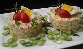 Bramborový salát se zakysanou smetanou a jarní cibulkou